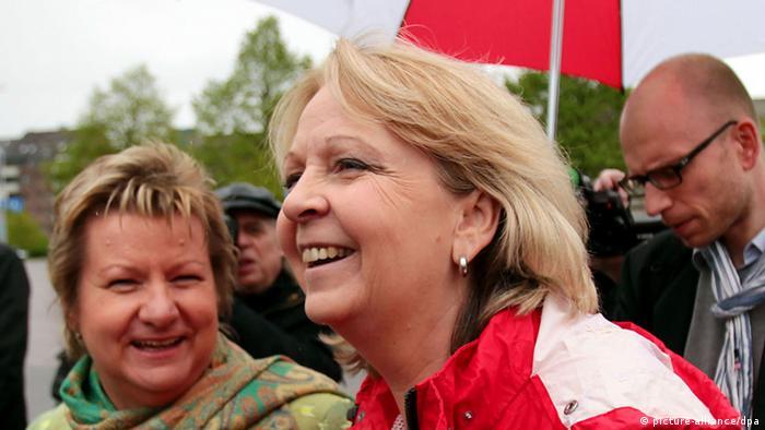 Kraft y  Sylvia Löhrmann, líder  de Los Verdes, socios de coalición con el SPD.
