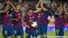 Die Spieler des FC Barcelona um Lionel Messi (Mitte) feiern am 02.05.2012 im Fußball-Stadion in Barcelona nachdem sie den FC Malaga besiegt haben. Foto: EFE/Alejandro Garcia