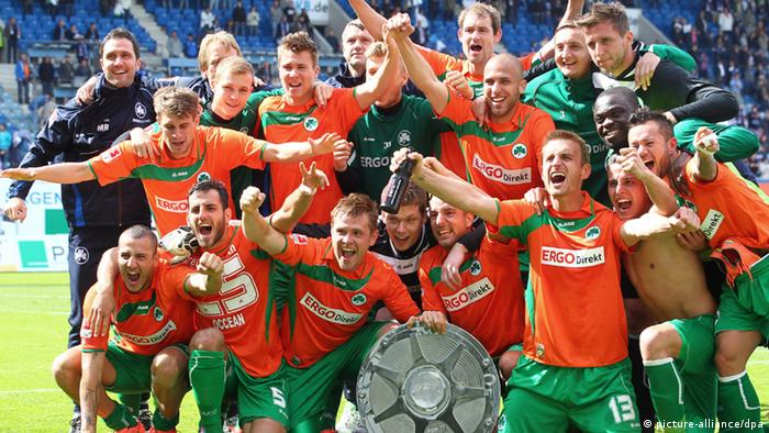 The Greuther Fürth team celebrates its second division title on the last match day of the previous season