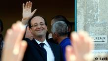 Socialist Party candidate for the presidential election Francois Hollande waves after visiting a polling station near Tulle, central France, Sunday, May 6, 2012. (Foto:Lionel Cironneau/AP/dapd)