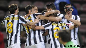 epa03208943 Fc Juventus' players jubilate after scoring during Italian Serie A soccer match between Cagliari and Juventus at Nereo Rocco Stadium in Trieste, Italy, 06 May 2012. EPA/MAURIZIO BRAMBATTI