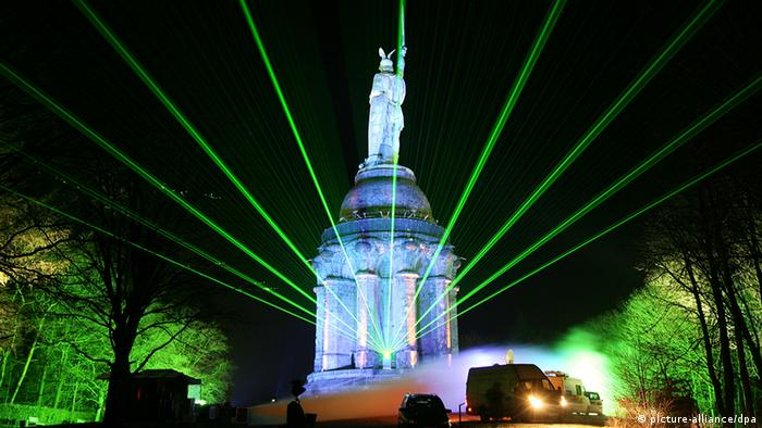 Green laser beams and Hermann Monument alliance/dpa)