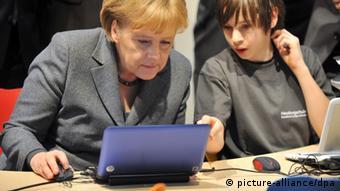 Bundeskanzlerin Angela Merkel mit Laptop Notebook Nachhilfe Internet Netzpolitik