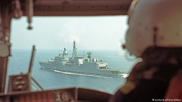Blick aus einem Sea-Lynx-Hubschrauber auf die Fregatte Niedersachsen beim Einsatz in der Adria während der Jugoslawien-Krise am 06.08.1992. (Foto: Martina Hellmann/dpa)