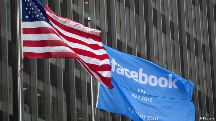 Die Fahnen der USA und Facebook