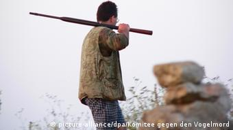 A hunter in Malta with his weapon . (Photo DPA)<br />