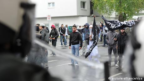 Polizisten versuchten, eine gewalttätige Protestkundgebung radikal-islamischer Salafisten gegen die Partei Pro NRW in Bonn in Schach zu halten. Bei den Ausschreitungen wurden 29 Polizeibeamte verletzt, davon zwei durch Messerstiche. - Foto: Henning Kaiser dpa/lnw