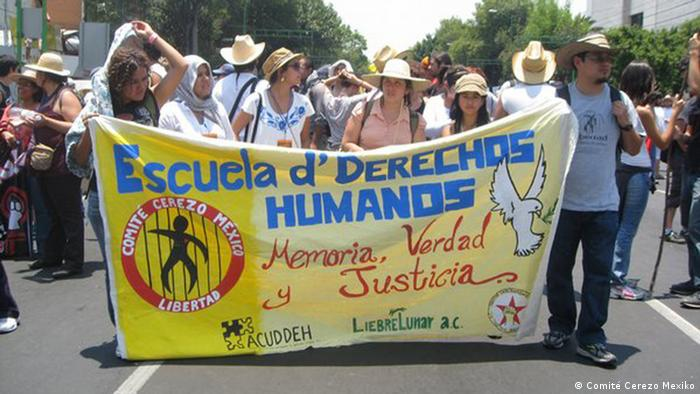 Das Bild Protestmarsch organisiert von den Menschenrechtsaktivisten des Comité Cerezo.  Copyright: Comité Cerezo Mexiko  Das Bild wurde von Viola Campos geliefert. Sie hat von der Pressesprecherin der Bürgerinitiative Aachener Freidenspreis Lea Heuser die Erlaubnis zur Wiederverwendung erhalten.