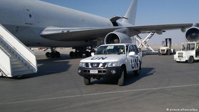 epa03210879 UN vehicle is seen next to the plan which carried supplies for the United Nations observers mission, in Damascus, Syria, 08 May 2012. According to media reports on 08 May 2012, UN Secretary General Ban Ki-moon pledged that the organization will have its complete team of 300 military observers and 100 civilians in Syria by June. Fifty UN observers are in Syria to monitor a ceasefire which went into effect on 12 April but has repeatedly been violated by both sides. More observers are due to arrive next week. EPA/STR