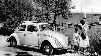 Eine Familie macht Mitte der 60er Jahre mit ihrem Volkswagen 1200 Berlina einen Ausflug an einen See.