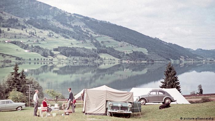 Camping an einem See im Deutschland der 50er Jahre.