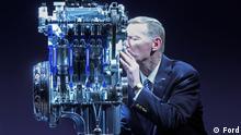 Ford-Chef Alan Mulally küsst im Kölner Werk den neuen Dreizylindermotor