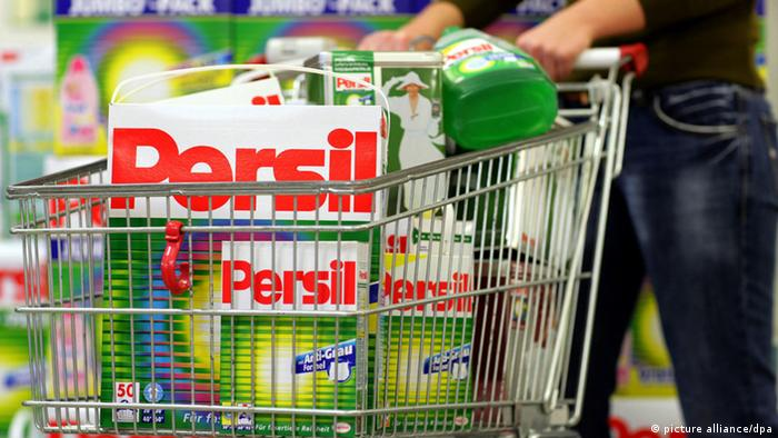 Тележка в супермаркете со стиральным порошком Persil