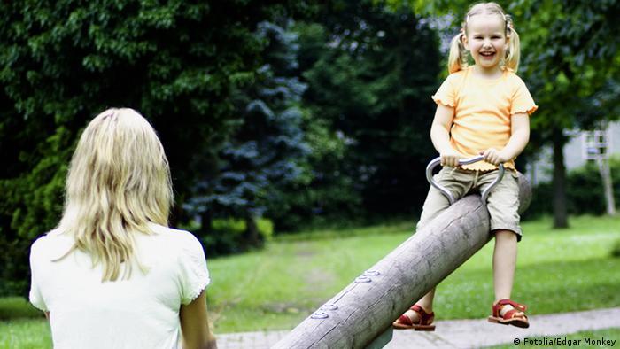 Auf der Wippe © Edgar Monkey #15173496 - Fotolia.com Mutter mit Kind auf einem Spielplatz, Deutschland, Undatierte Aufnahme, Eingestellt 09.05.2012