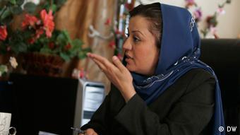 Maria Bashir, Afghanistans erste Staatsanwältin, in ihrem Büro. (Foto: AEP) Bashir wurde vor einiger Zeit ausgezeichnet. Es wurde am 30.04.2011 aufgenommen. DW/Hoshang Hashimi