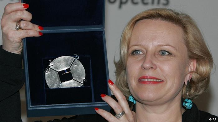 Die polnische Schauspielerin Krystyna Janda hält die Medaille Charlemagne pour des Medias Europeens hoch. Der gleichnamige Verein hat sie am wird am 11. Mai 2006 für ihr politisches Wirken zur Integration Europas ausgezeichnet. Die Verleihung fand in Aachen statt