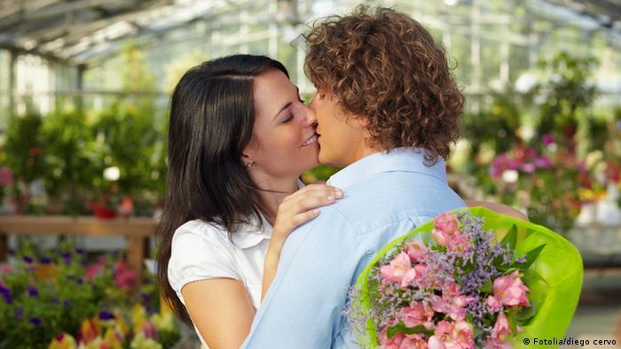 Ein Paar küsst sich (Fotolia/diego cervo)