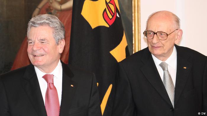 Prezydent Niemiec Joachim Gauck pożegna w Warszawie zmarłego prof. Bartoszewskiego w imieniu Niemców