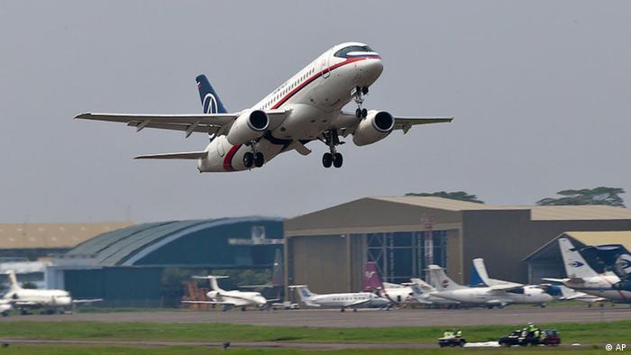 In this photo released by Sergey Dolya, a Sukhoi Superjet-100 takes off from Halim Perdanakusuma airport in Jakarta, Indonesia, Wednesday, May 9, 2012 on it's second demonstration flight of the day. The Russian-made Sukhoi jet plane with 50 people on board, including eight Russians and an American, has gone missing during this flight near Jakarta, Indonesian government officials said Wednesday.(Foto:Sergey Dolya/AP/dapd) NO SALES