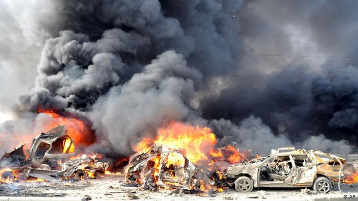 In this photo released by the Syrian official news agency SANA, flames and smoke raise from burning cars after two bombs exploded, at Qazaz neighborhood in Damascus, Syria, on Thursday May 10, 2012. Two large explosions ripped through the Syrian capital Thursday, heavily damaging a military intelligence building and leaving blood and human remains in the streets. (Foto:SANA/AP/dapd)