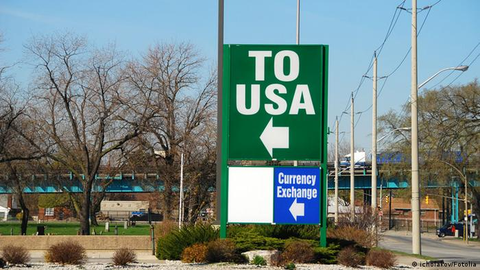 A huge green sign that says TO USA with an arrow (icholakov/Fotolia)