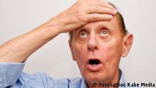 Ein älterer Mann beim Nachdenken - Senior Thinking © DOC RABE Media #33289596 - Fotolia.com, Deutschland, Undatierte Aufnahme, Eingestellt 10.05.2012