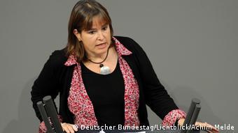 Heike Hänsel, Bundestagsabgeordnete der Linken, am Rednerpult des Deutschen Bundestages.