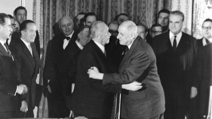 Historische Umarmung des deutschen Bundeskanzlers Konrad Adenauer und des französischen Präsidenten Charles de Gaulle.