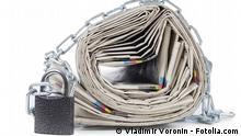 Symbolbild Zeitungen in Ketten