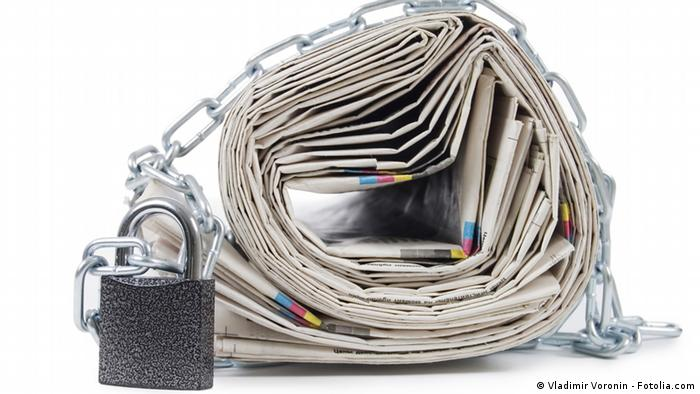 Newspapers in chains Photo: Vladimir Voronin - Fotolia.com