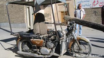 هارتموت نیمان در کنار یک وسیله نقلیه دستساز در ایران
