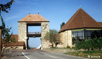 Blick auf das Deutsche Weintor im rheinland-pfälzischen Schweigen. Dort beginnt die Deutsche Weinstraße