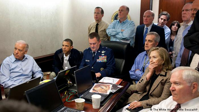 In this image released by the White House and digitally altered by the source to diffuse the paper in front of Secretary of State Hillary Rodham Clinton, President Barack Obama and Vice President Joe Biden, along with with members of the national security team, receive an update on the mission against Osama bin Laden in the Situation Room of the White House, Sunday, May 1, 2011, in Washington. (Foto:The White House, Pete Souza/AP/dapd)