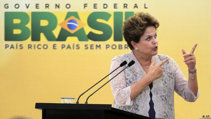 Dilma Rousseff diante de microfone