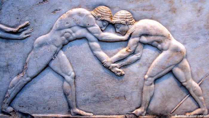 ARCHIV - Zwei Ringer verzieren die Bodenplatte einer Statue, die im Archäologischen Museum von Athen steht (Foto vom 05.05.2008). Athen verweist auf die Bedingungen des verkündeten Schuldenschnitts, internationale Investoren wollen mehr Geld sehen. Der Kampf mit den Hedgefonds geht in die nächste Runde, es geht um Milliarden. EPA/ORESTIS PANAGIOTOU (zu dpa «Griechenland vs. Hedgefonds: Der Kampf geht in die nächste Runde») +++(c) dpa - Bildfunk+++