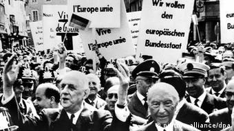 Charles de Gaulle und Konrad Adenauer vor Menschen mit Transparenten (Foto: picture alliance/dpa)