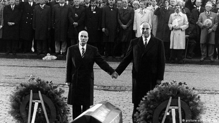 Francois Mitterrand bei Helmut Kohl in Verdun Frankreich
