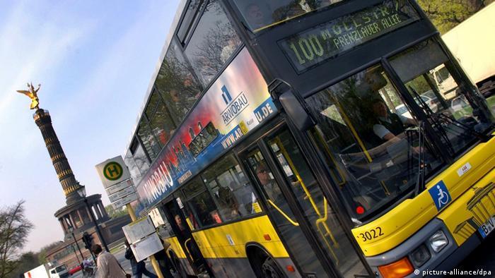 Ein Bus in Berlin, im Hintergrund die Siegessäule
