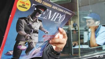 A man reads the latest edition of Tempo magazine