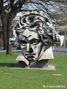 Beethon: памятник Бетховену перед концертным залом в Бонне