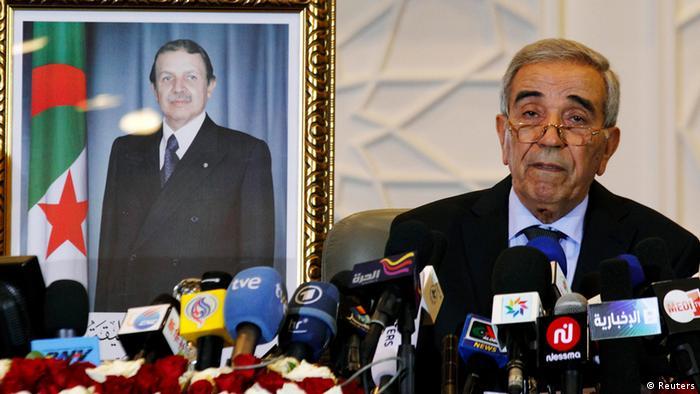 دحو ولد قابیله، وزیر کشور الجزایر، نتایج انتخابات را اعلام میکند