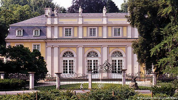 Prédio amarelo e branco em estilo clássico
