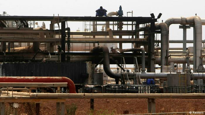 Oil engineers work before a ceremony in which oil operations at Heglig oilfield will resume in Heglig May 2, 2012. REUTERS/Mohamed Nureldin Abdallah (SUDAN - Tags: ENERGY BUSINESS)