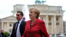 Bundeskanzlerin Angela Merkel (CDU) erreicht am Mittwoch (09.05.2012) das Internationale Symposium des Wissenschaftlichen Beirats der Bundesregierung Globale Umweltveränderungen (WBGU) in der Akademie der Künste in Berlin, im Hintergrund das Brandenburger Tor. Thema sind technologische und politische Strategien für eine klimaverträgliche Entwicklung. Foto: Matthias Balk dpa/lbn