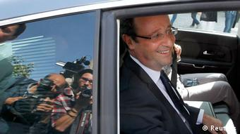 France's newly-elected President Francois Hollande leaves in his car after his visit to Tulle May 11, 2012. Hollande, President of the General Council of Correze, is in Tulle to express his gratitude to residents following his election as France's President. REUTERS/Regis Duvignau (FRANCE - Tags: POLITICS)