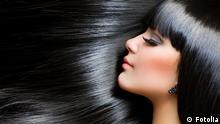 Schöne Frau mit langen schwarzen Haaren