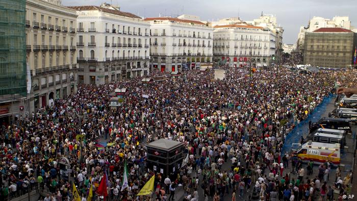 Protesters pack the Puerta del Sol plaza in central Madrid, Saturday May 12, 2012. The protesters returned to Sol to mark the anniversary of the protest movement that inspired groups in other countries. The protests began May 15 last year and drew hundreds and thousands of people calling themselves the indignant movement. The demonstrations spread across Spain and Europe as anti-austerity sentiment grew. (Foto:Paul White/AP/dapd)
