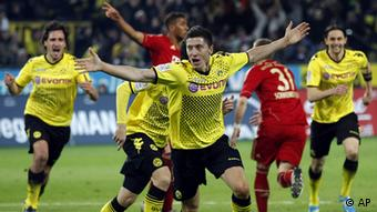 Dortmund's Robert Lewandowski of Poland, center, celebrates his side's opening goal during the German first division Bundesliga soccer match between Borussia Dortmund and FC Bayern Munich in Dortmund, Germany, Wednesday, April 11, 2012. (Foto:Michael Sohn/AP/dapd) - NO MOBILE USE UNTIL 2 HOURS AFTER THE MATCH, WEBSITE USERS ARE OBLIGED TO COMPLY WITH DFL-RESTRICTIONS, SEE INSTRUCTIONS FOR DETAILS -
