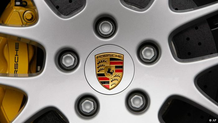 Porsche logo on a wheel rim (ddp images/AP Photo/Thomas Kienzle).
