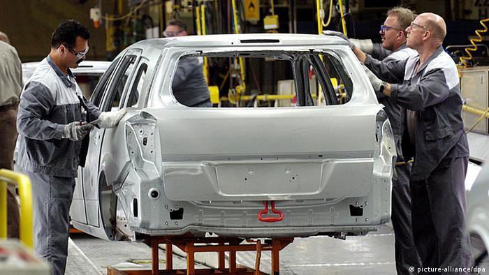 Workers assembling Opel cars at the Bochum facility Photo: Franz-Peter Tschauner dpa/lnw +++(c) dpa - Bildfunk+++